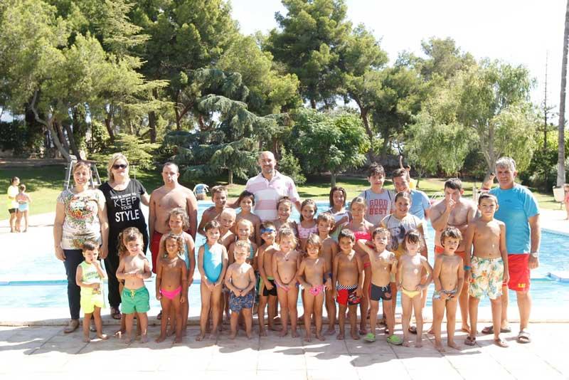 Más de 150 niños y niñas participan en los cursos de natación