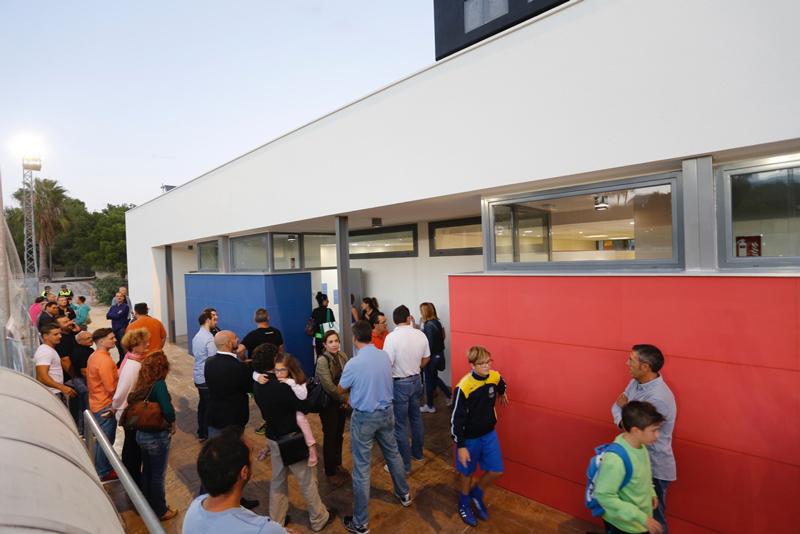 El concejal de deportes y los visitaron las obras ya acabadas de los vestuarios del campo anexo del polideportivo municipal.
