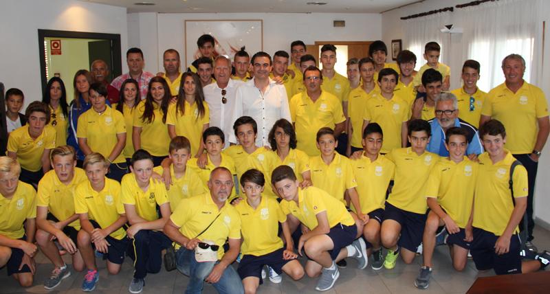 El Alcalde Vicente Arques recibe a los tres equipos de fútbol de l'Alfàs de Pi  que ganaron la liga que han sido , el Infantil y el Cadete y el femenino.
