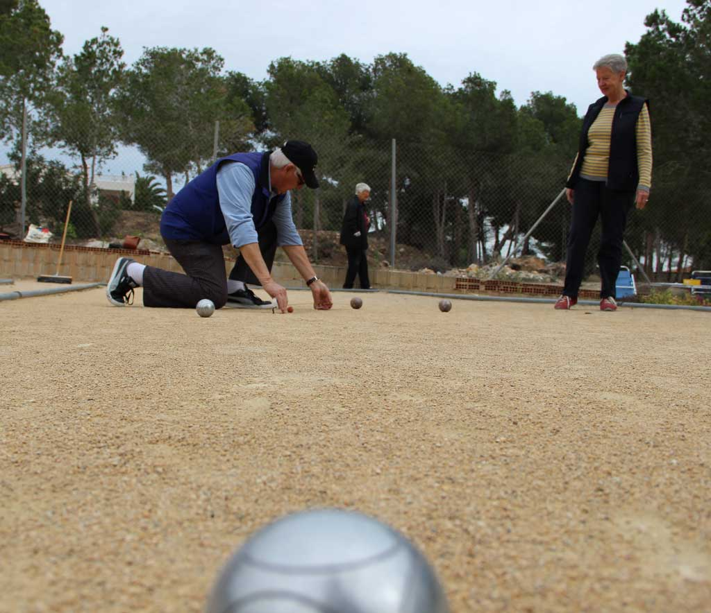 Más de 200 personas de diferentes nacionalidades juegan a la petanca de forma regular en l'Alfàs del Pi.