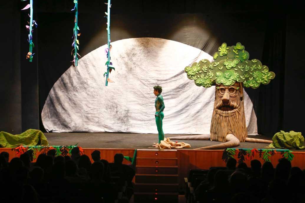 Cerca de 400 alumnos del IES Arabí disfrutan de teatro en valenciano gracias a la concejalía de Educación de l'Alfàs