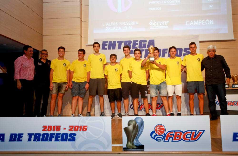 El  equipo de bàsket P.N. Serra Gelada, Junior de l'Alfàs del Pi   recoge el premio que le acredita como campeón de liga y el senior como subcampeón.