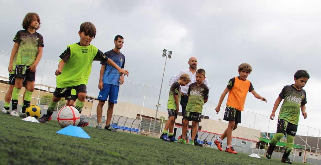 El concejal de deportes Luis Miguel Morant ha visitado a los alumnos del Campus Acatec que se desarrolla en el Albir .