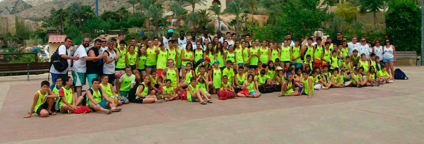 Los participantes del Campus de Bàsket de l'Alfàs disfrutan de un día de diversión en Terra Mítica