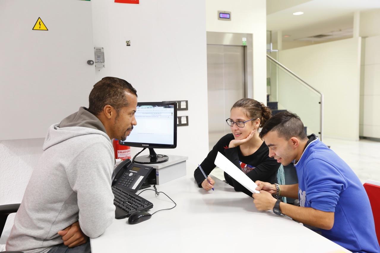 Los alumnos del curso de auxiliar administrativo de APSA conocen el día a día de los trabajadores del sector