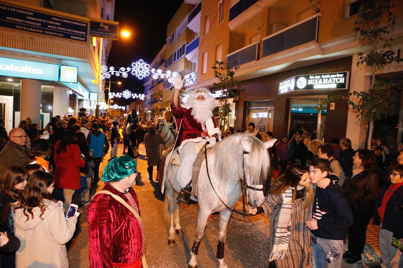 Los Reyes Magos reparten regalos entre los niños de l'Alfàs