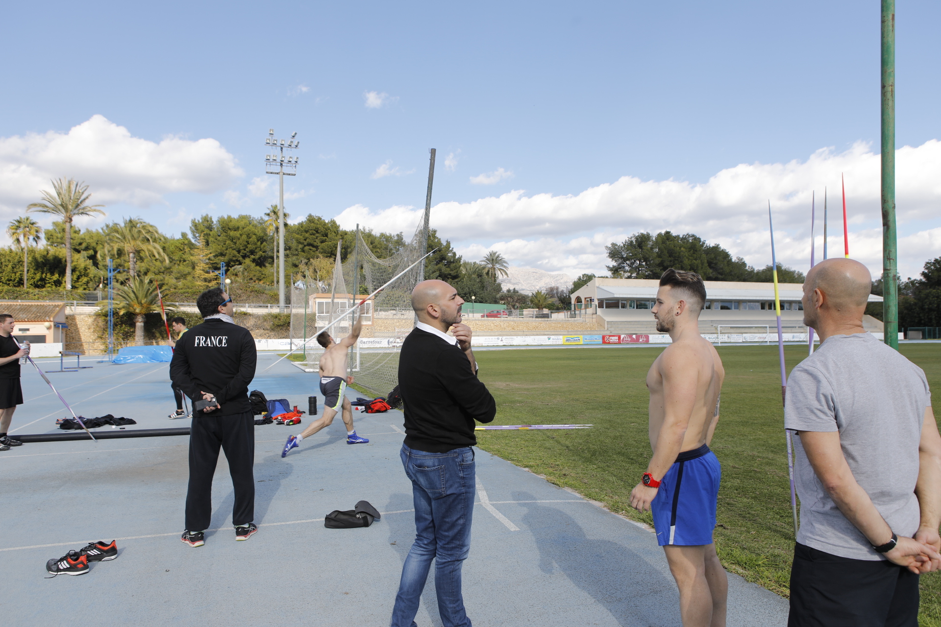 Campeones franceses y españoles en lanzamiento de jabalina se entrenan en l'Alfàs