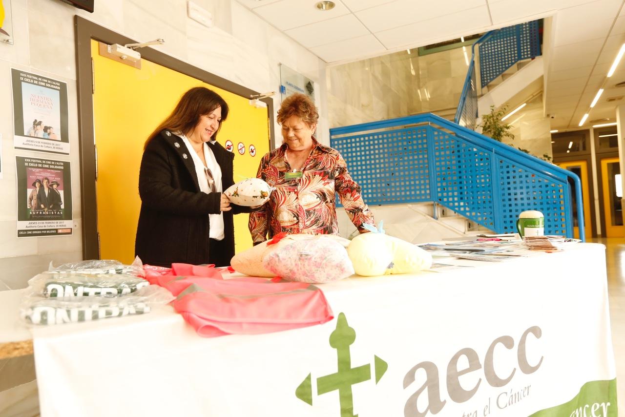Mesa informativa para concienciar a la ciudadanía sobre la prevención en la lucha contra el cáncer