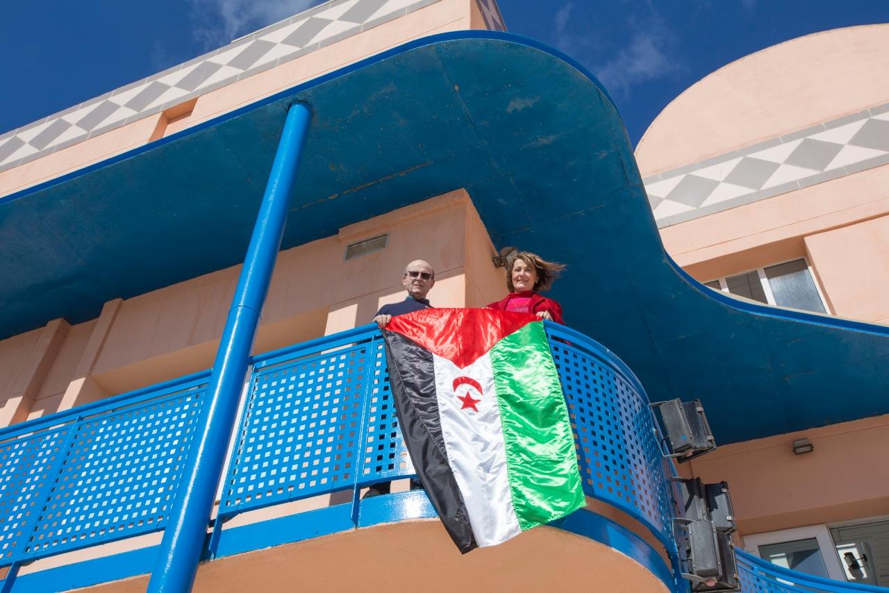 La bandera saharaui ondea en la Casa de Cultura de l'Alfàs con motivo del 41 aniversario de la RASD