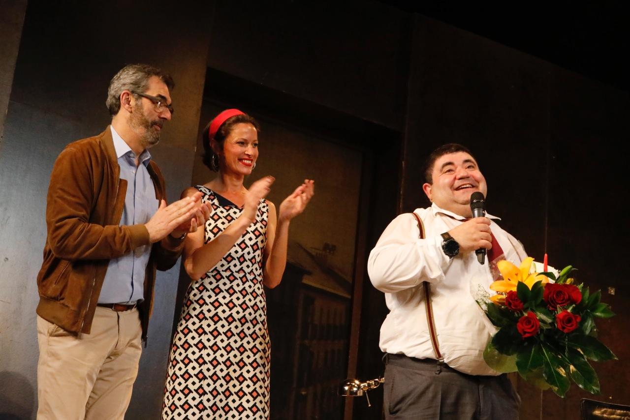 Ferran Gadea recibe la felicitación del público de l'Alfàs por su reciente premio como mejor actor de la Comunitat