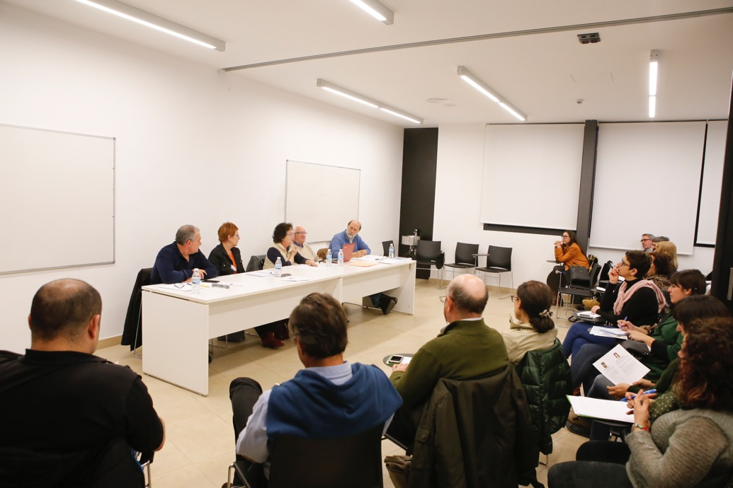 Más de 30 personas asisten al seminario sobre violencia de género conducido por el profesor Galtung