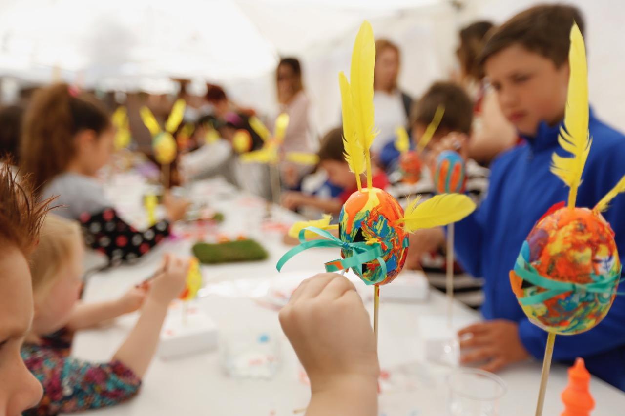 Más de 60 niños y niñas participan en el taller de pintura de huevos de Pascua