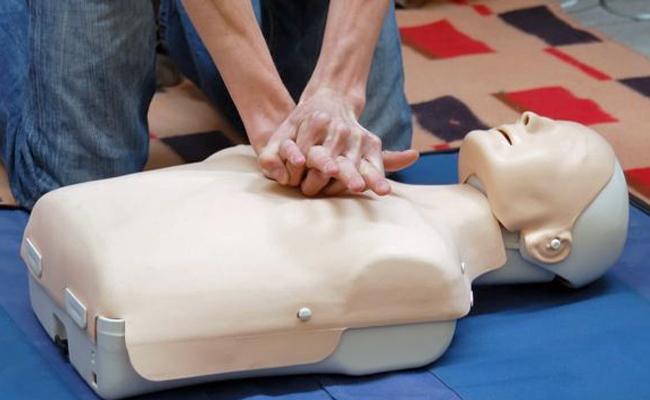 Juventud organiza un curso de primeros auxilios y uso del DESA