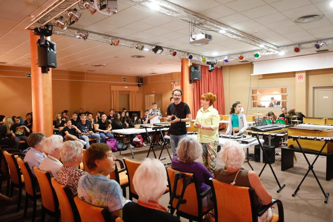 Medio centenar de alumnos del IES l'Arabí ofrecen un concierto en el Forum Mare Nostrum