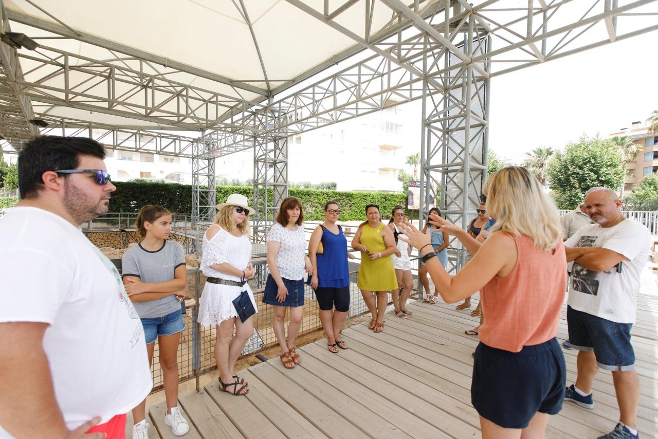 Empresarios y comerciantes de l'Alfàs visitan el Museo al Aire Libre Villa Romana de l'Albir