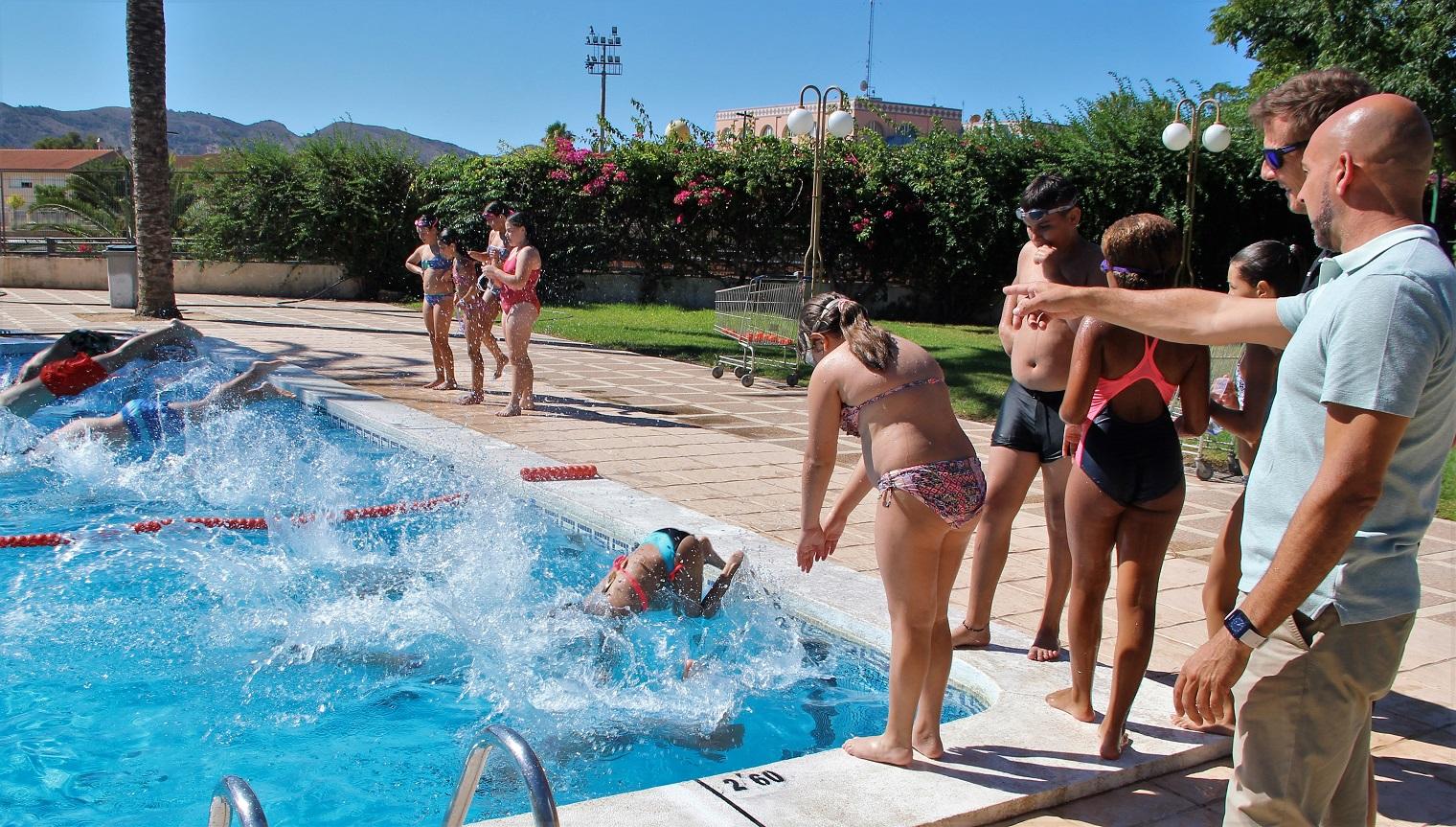 Hoy ha comenzado el primer turno de los cursos de natación de la concejalía de deportes de L'Alfàs del Pi.