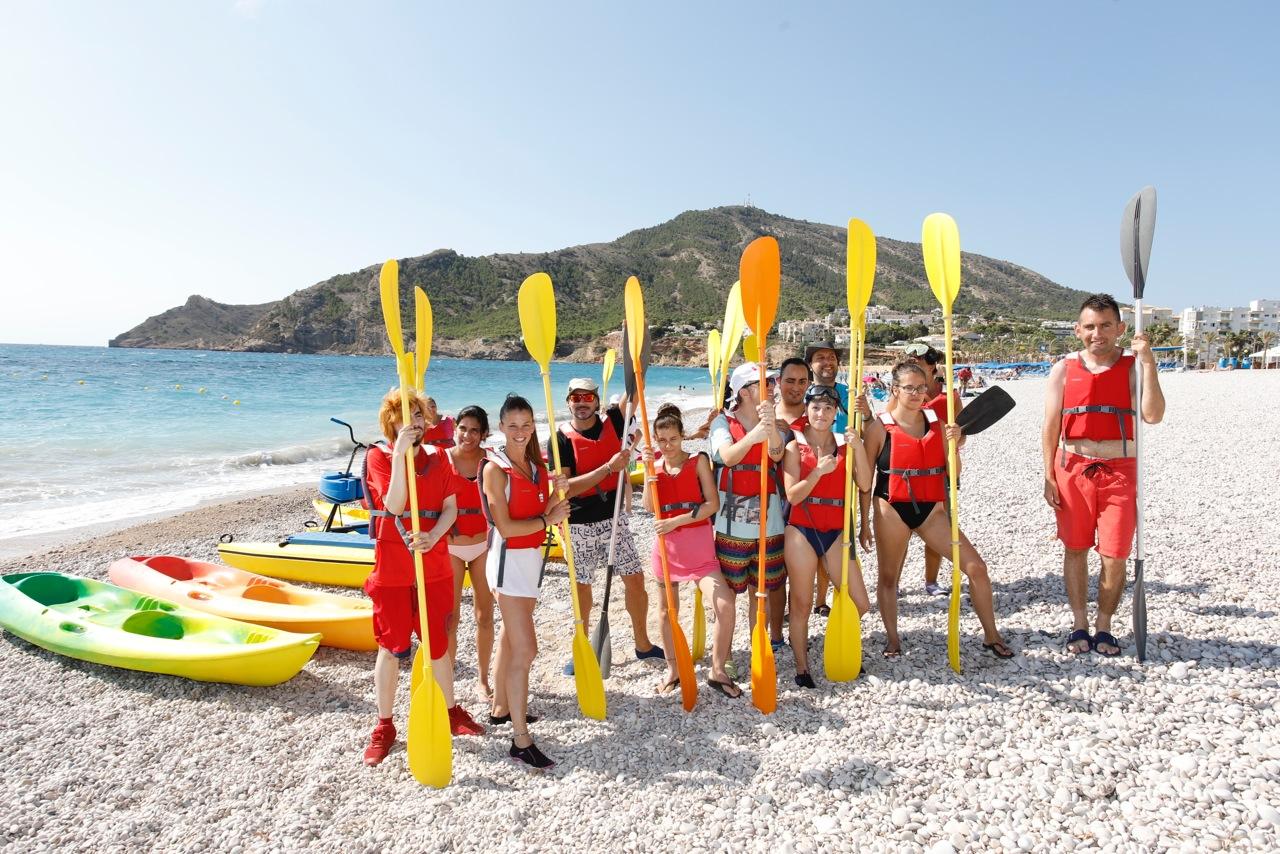 Los alumnos del centro de FP Camí Obert despiden el curso con una salida en kayak por la playa de l'Albir