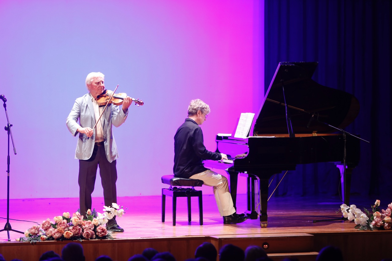 Concierto multitudinario del violinista noruego Arve Tellefsen en la Casa de Cultura de l'Alfàs del Pi