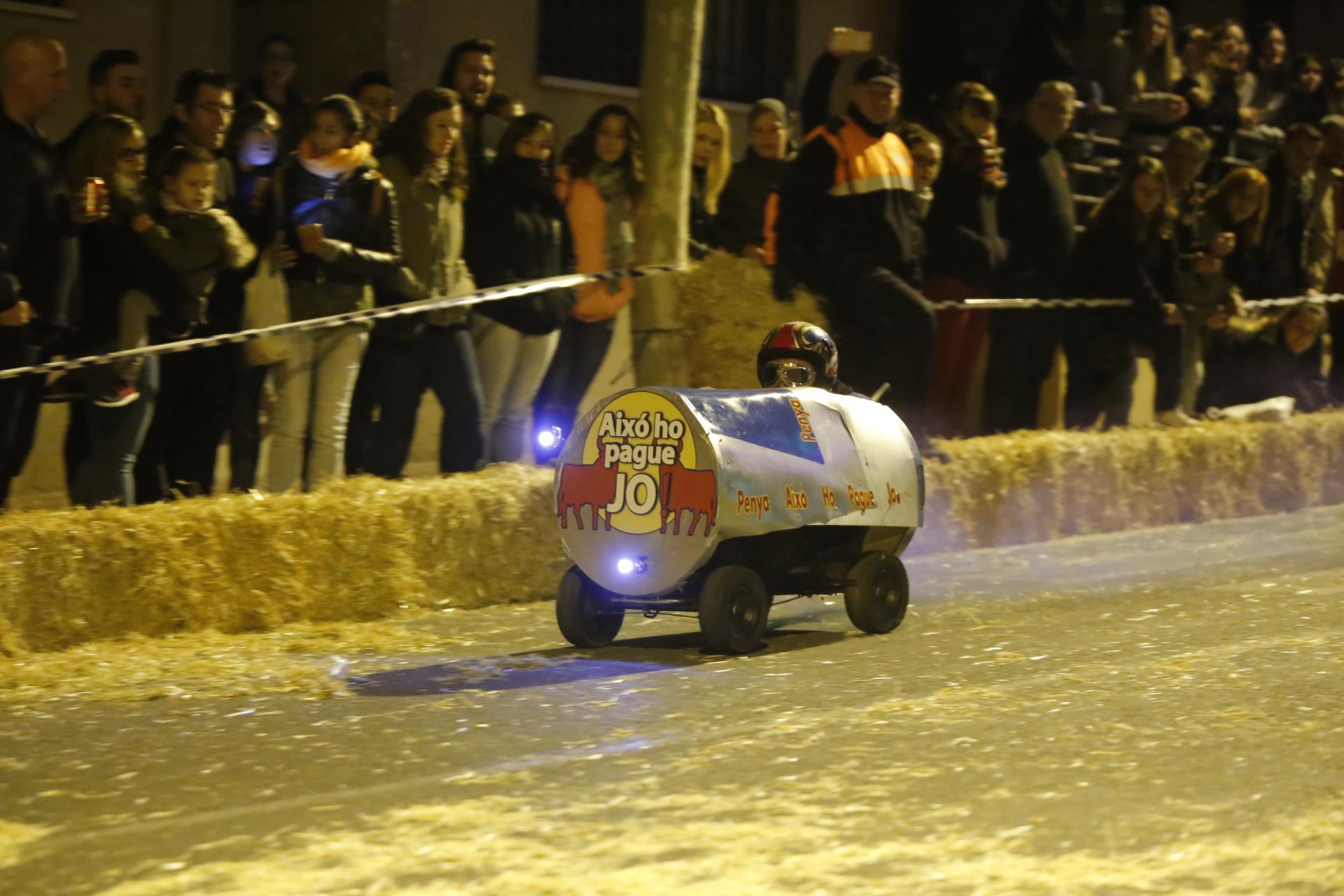 """La peña """"Tramen Algo"""" ganadora de la delirante carrera de autos locos en l'Alfàs"""