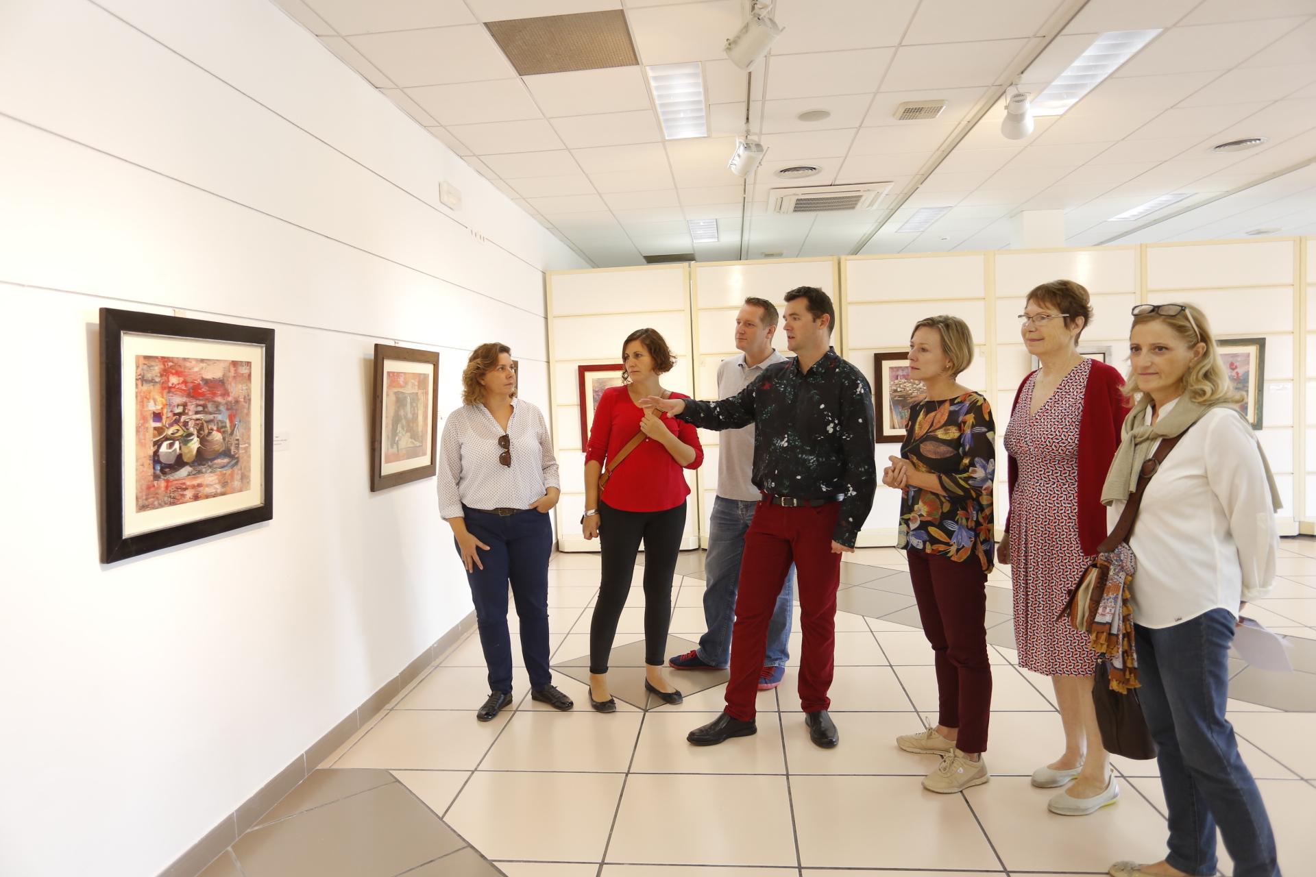 La concejala de l'Alfàs Mayte García junto al pintor Daniel Goering