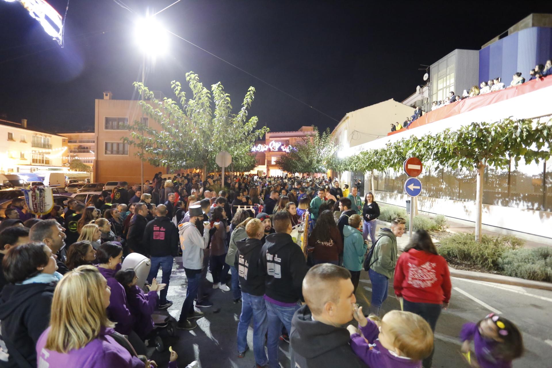 Las peñas se movilizan en el primer acto oficial de las Fiestas de l'Alfàs