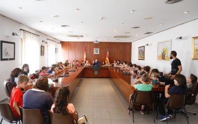 Estudiantes del Veles e Vents y del Santísimo Cristo visitan el Ayuntamiento de l'Alfàs del Pi