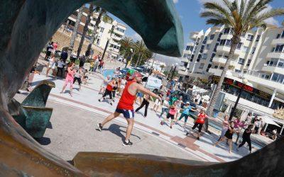 A ritmo de zumba contra el cáncer en la playa de l'Albir