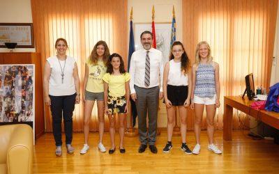 El alcalde felicita a las cuatro alumnas de l'Alfàs reconocidas con el Premio Extraordinario de Primaria