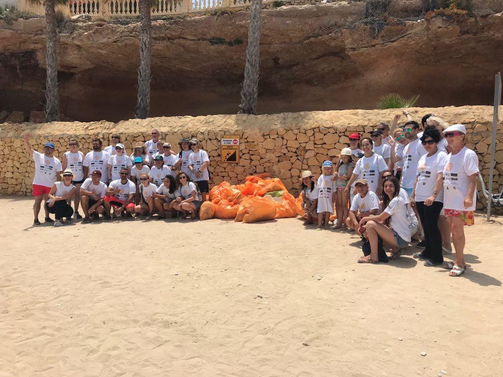 La iniciativa del Rotary Club Internacional de l'Alfàs se salda con 53 bolsas de residuos