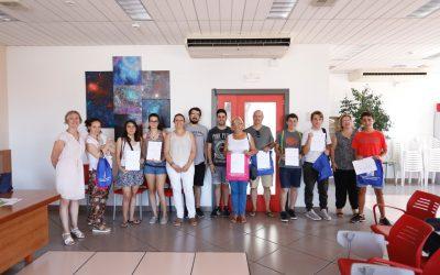 Entrega de certificados a los asistentes del curso de manipulador de alimentos organizado por Juventud