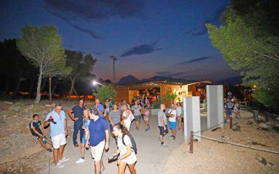 El Paseo del Faro de l'Albir se llena de visitantes alumbrados por la luna llena de agosto