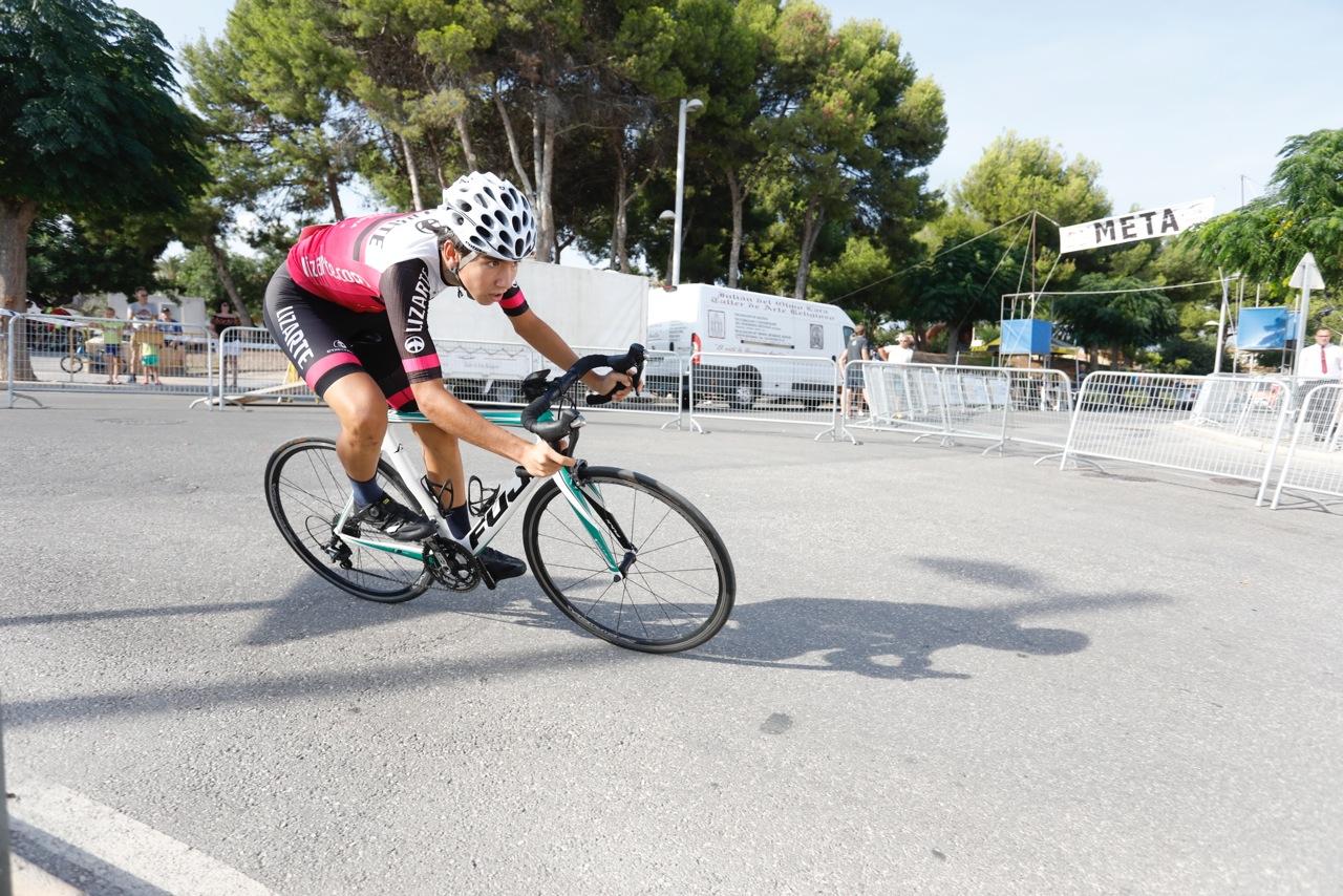 Mikel Retegi, primer líder de la Vuelta a Alicante, al llevarse la CRI de l'Alfàs del Pi