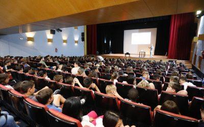 La asociación Ambiente Europeo conciencia a cerca de 600 estudiantes de l'Alfàs sobre las basuras marinas