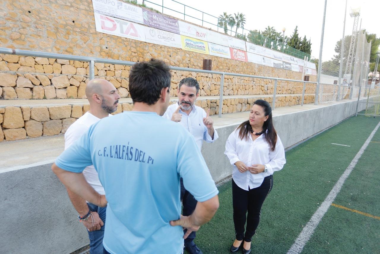 Alcalde, concejales y directiva del CF l'Alfàs del Pi visitan las obras de mejora del Campo de fútbol anexo.