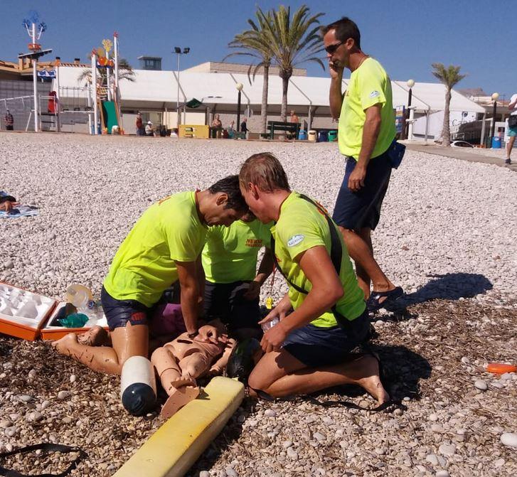 Los servicios de vigilancia y socorrismo de la playa de l'Albir realizan un simulacro para poner a prueba sus protocolos