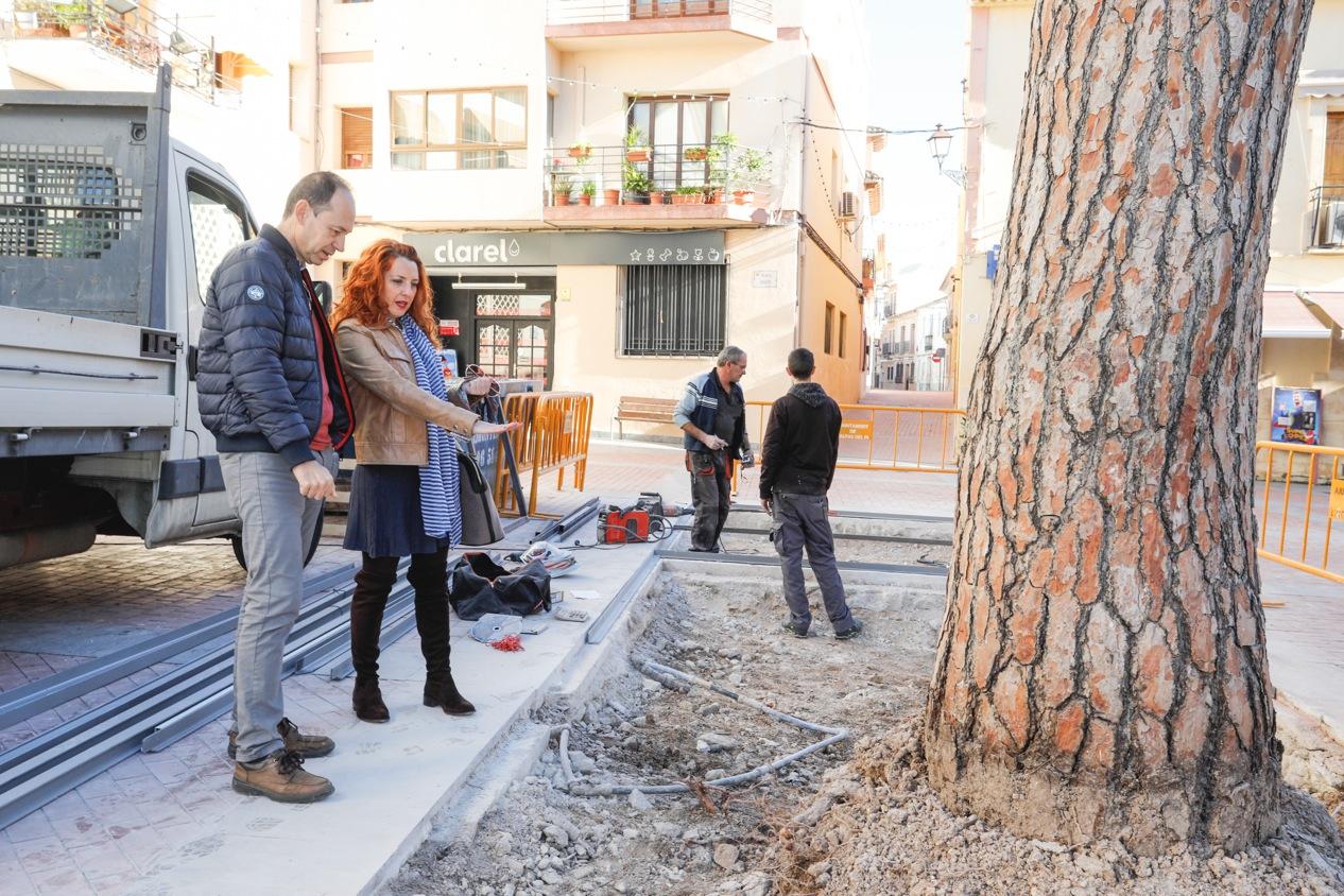 El Ayuntamiento de l'Alfàs amplia el alcorque del pino de la plaza Mayor para mejorar su salud