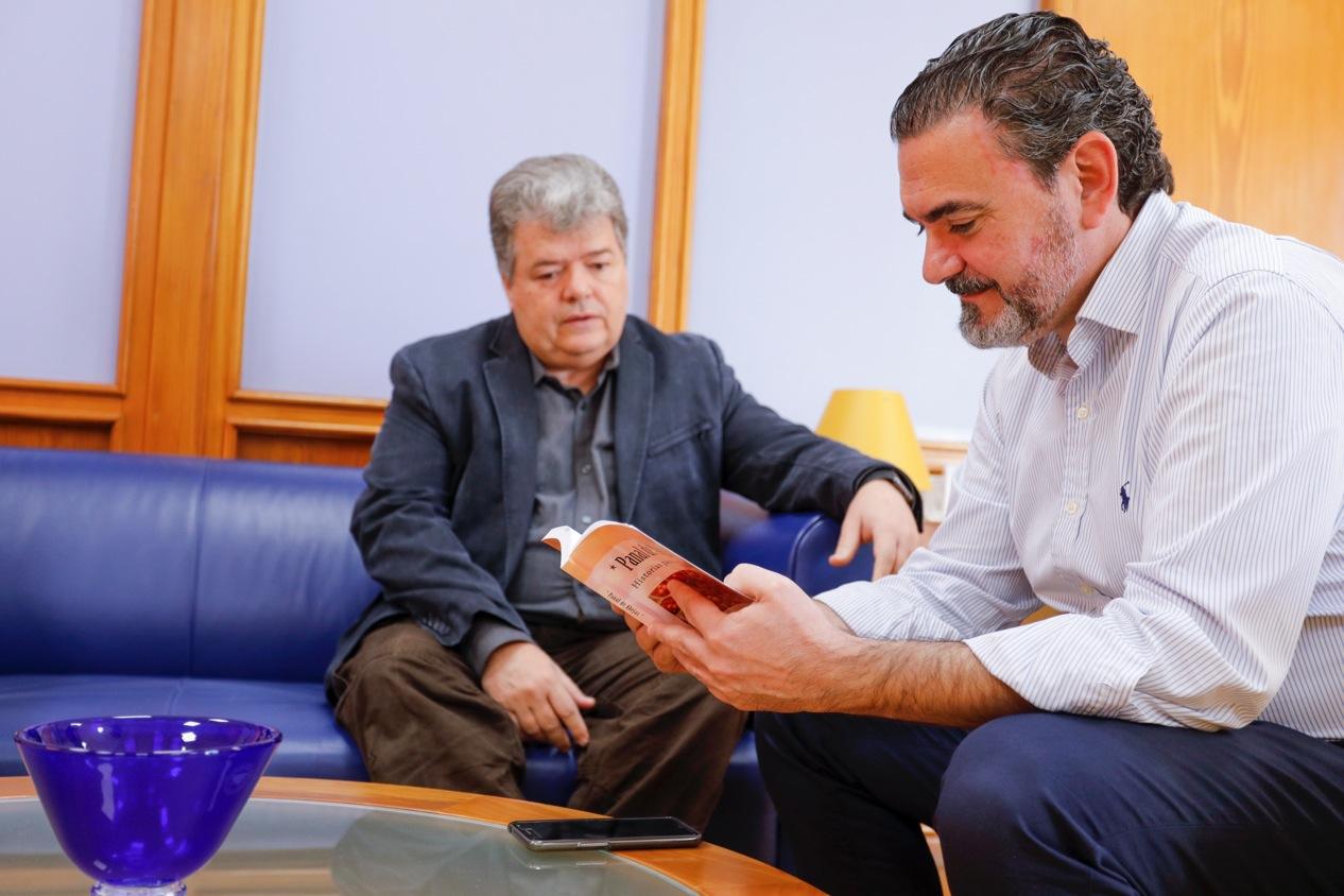 Roberto Solís dona un ejemplar de 'Panal de abejas' a la biblioteca municipal