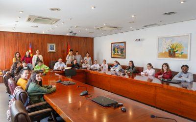 Estudiantes del IES L'Arabí conocen el Ayuntamiento de l'Alfàs en el 40 aniversario de la Constitución