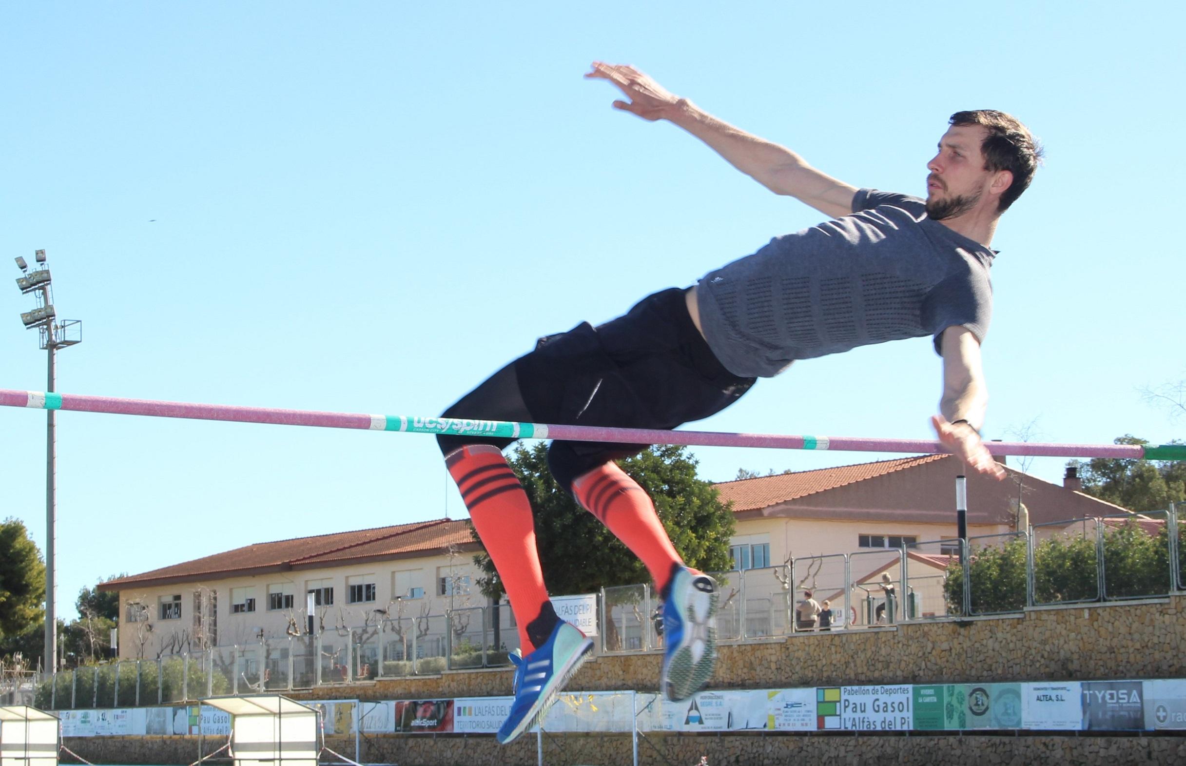 El actual campeón del mundo de salto de altura Bohdan Bondarenko entrena en l'Alfàs del Pi.