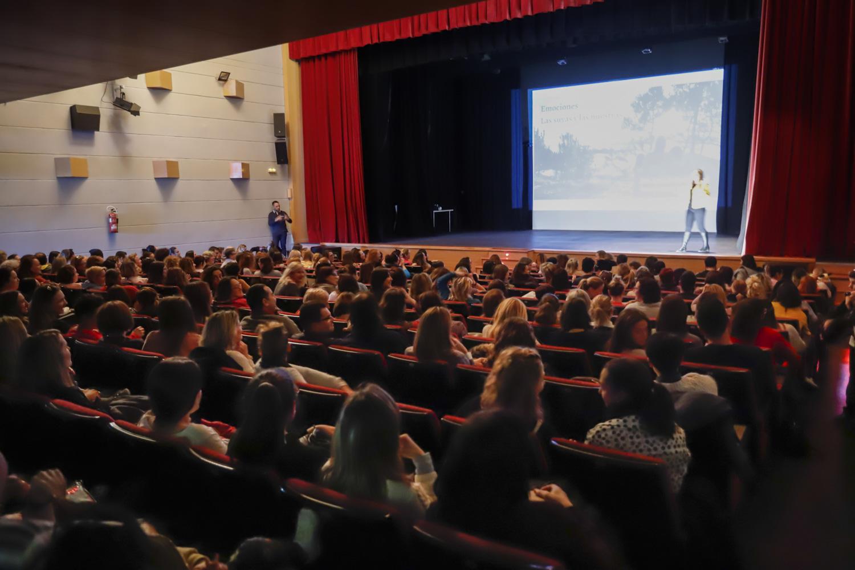 La pediatra Lucía Galán llenó el auditorio de la Casa de Cultura de l'Alfàs