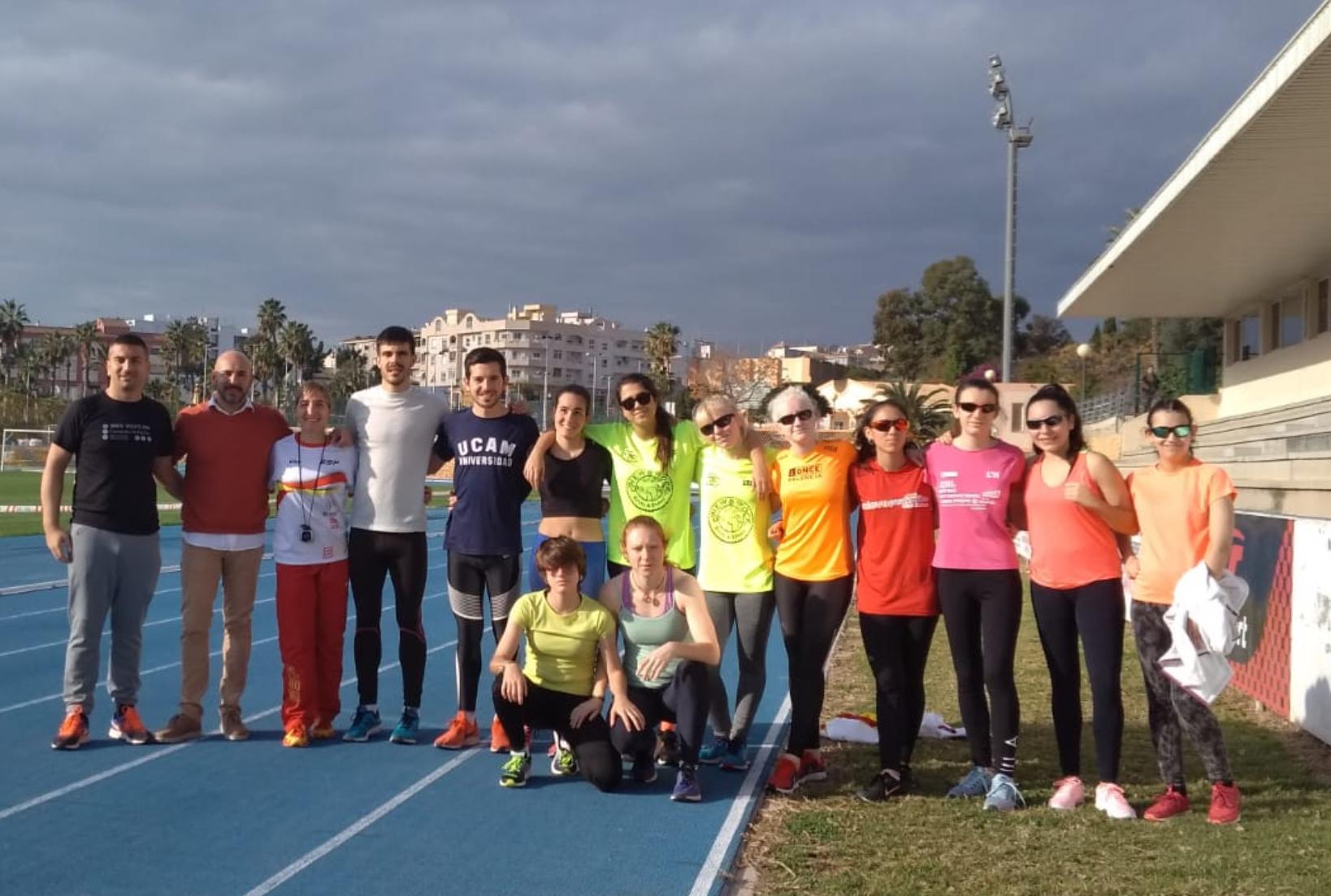 Ocho atletas con discapacidad visual grave asisten a la Concentración de Mujer y Deporte que se celebró en l'Alfàs del Pi.