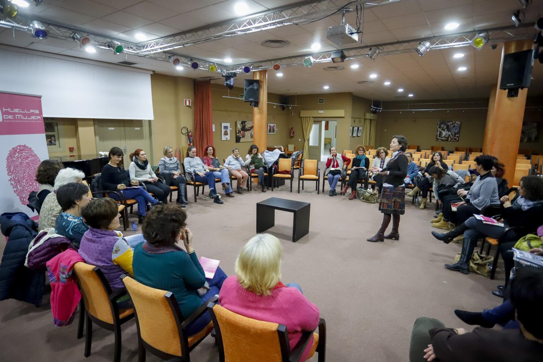 Más de 30 personas asisten al club de lectura feminista organizado por Huellas Borradas de Mujer