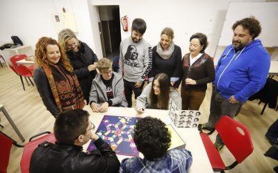 Huellas Borradas de Mujer dona al taller de juegos del CIJA un ejemplar de Feminismos Reunidos