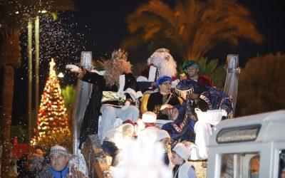 Los Reyes Magos llegan a l'Alfàs del Pi para recibir el cariño de todos los alfasinos y repartir regalos e ilusión