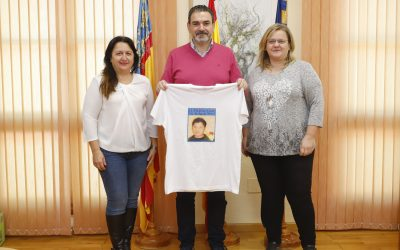 Vicente Arques muestra el apoyo de todo el municipio de l'Alfàs del Pi con el joven callosino Saúl