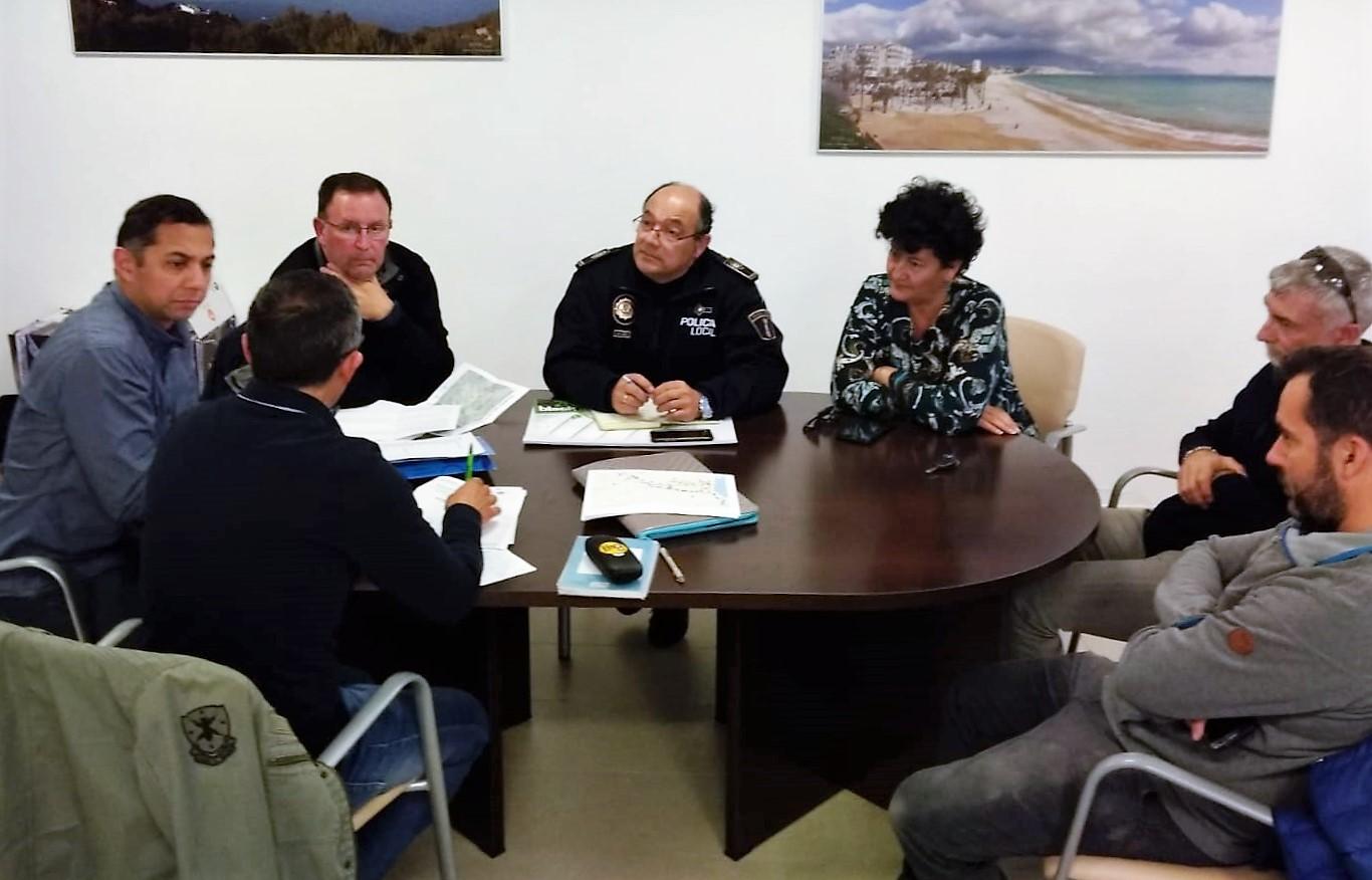 El Club Atletismo el Faro y Policía Local se reúnen para estableces el operativo de seguridad delas X Millas de la Costa Blanca.