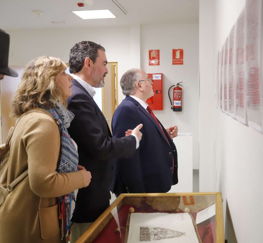El director general de Administración Local se interesa por la exposición de 'cartes pobles' de la Fundación Frax