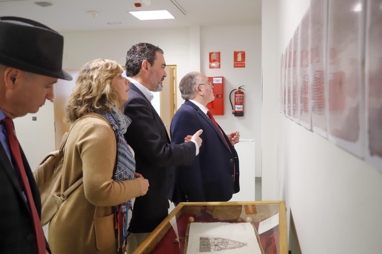 El director general de Administración Local se interesa por la exposición de 'cartes pobles' de la Fundación Frax