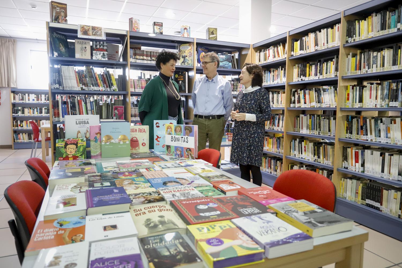 Huellas Borradas de Mujer dona libros a la biblioteca municipal para crear un área sobre igualdad