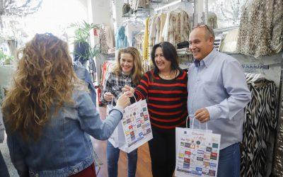 El Ayuntamiento de l'Alfàs promociona el comercio local con el reparto de bolsas corporativas